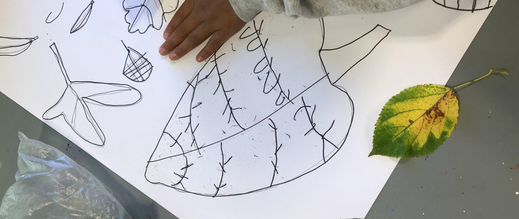 foto af barn der tegner blade